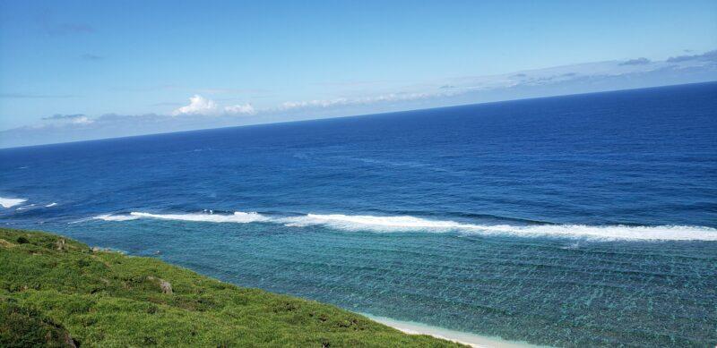 画面いっぱいに広がる沖縄の海