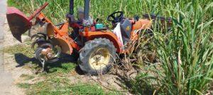 さとうきび畑の肥培管理(ブルトラで高培土)