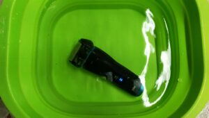 電気髭剃り水の中実験