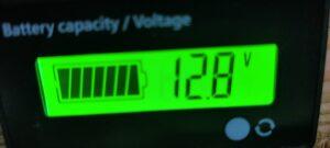 エアコンコンプレッサー稼働時電圧計12.8V