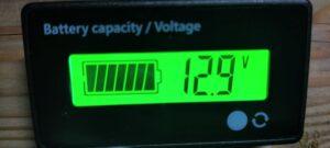 エアコンコンプレッサー停止時12.9V