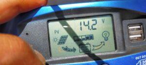 日差しがソーラーパネルへ差す14.2V発電